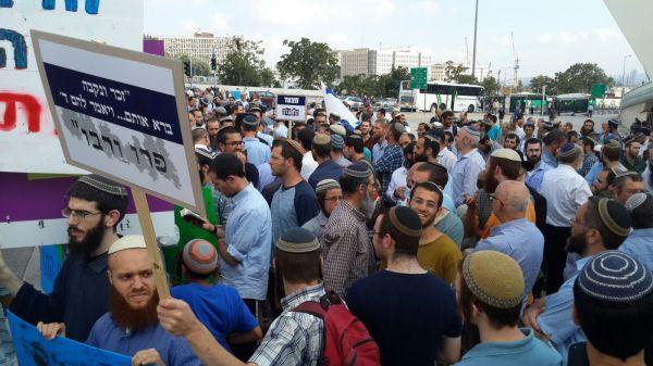ההפגנה תחת גשר המיתרים