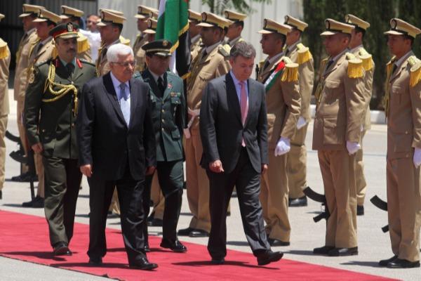 """הנשיא היוצא של קולומביה עם יו""""ר הרשות הפלשתינית"""