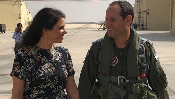 """אופיר שקד עם איילת, בתמונה שפרסמה לאחר שחרורו מצה""""ל"""