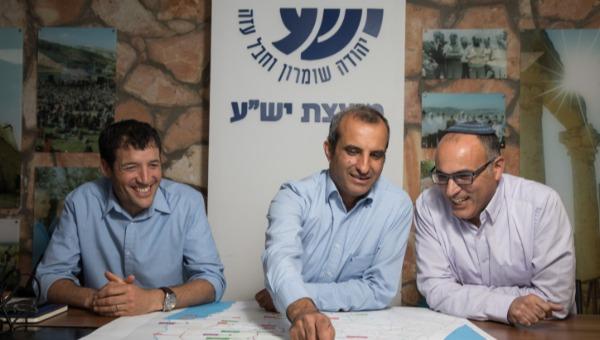 """יו""""ר מועצת יש""""ע חננאל דורני (במרכז) עם יגאל דילמוני (מימין) ושילה אדלר"""