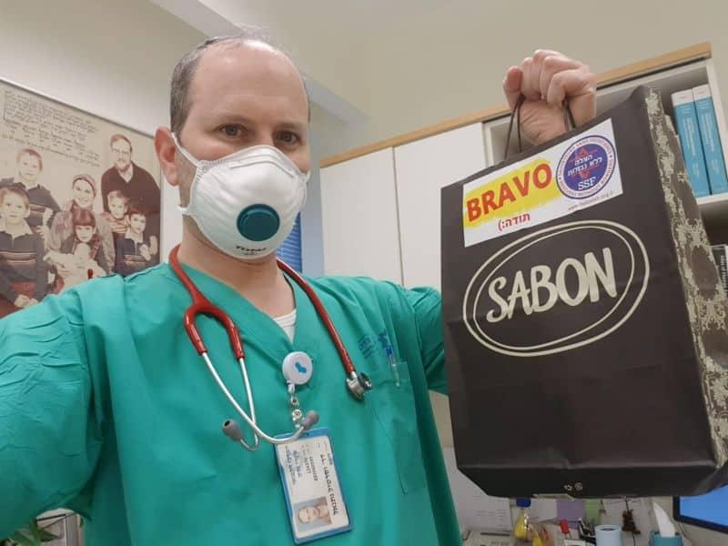 מחלקים מתנות לצוותים הרפואיים
