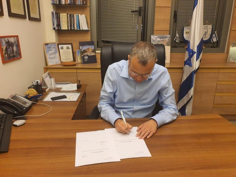 השר יריב לוין חותם על מכתב ההתפטרות