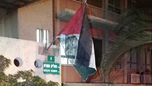 דגל פלסטין בבניין עיריית פתח תקווה