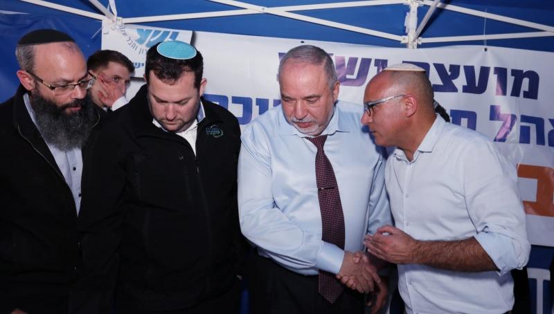 """ליברמן במאהל המחאה עם אנשי מועצת יש""""ע"""