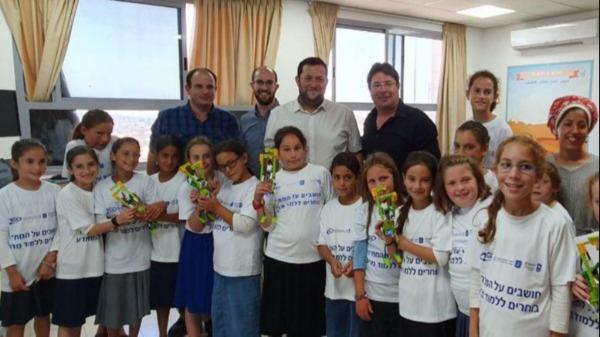 אקוניס ודגן עם צוות הקייטנה והילדים