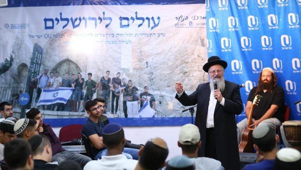 הרב שמואל אליהו עם בני הנוער