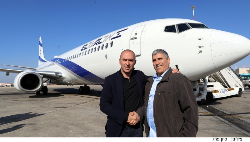 """ראש עיריית קרית מלאכי עם מנכ""""ל אל על על רקע המטוס"""