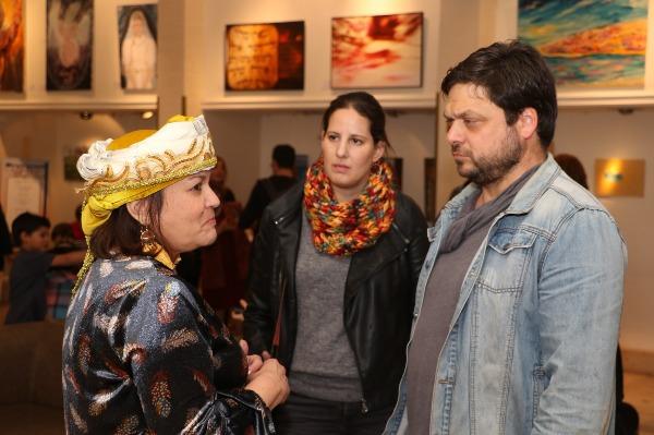 השחקן אוהד קנולר עם אוצרת התערוכה, נורית גזית