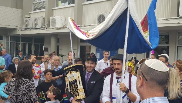 הכנסת ספר התורה לבית הכנסת הזמני