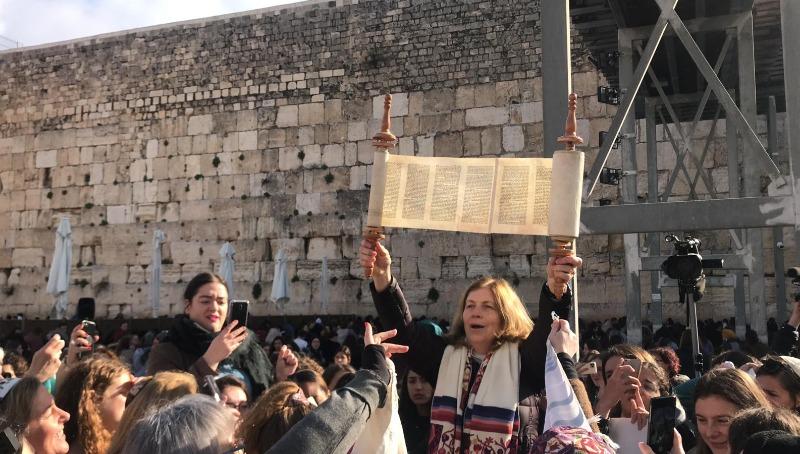 נשות הכותל עם ספר התורה