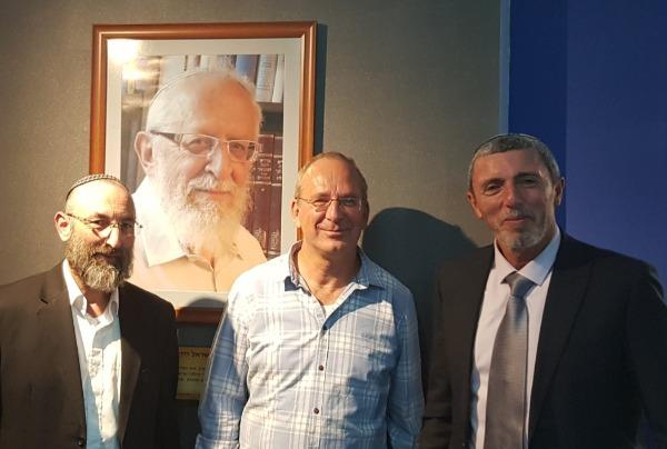 מימין לשמאל: שר החינוך הרב רפי פרץ, הרב אביה רוזן, הרב מנחם פרל ראש מכון צומת