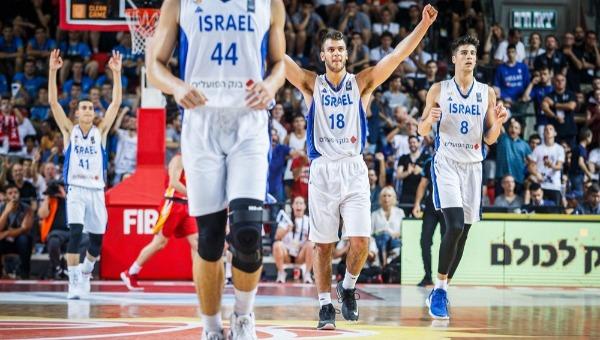 שחקני הנבחרת חוגגים, הערב בתל אביב