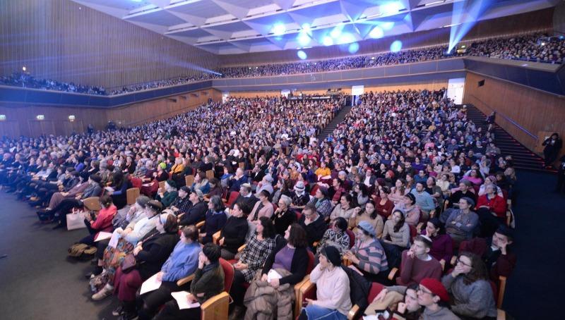 """קהל הנשים במעמד סיום הש""""ס, בבניני האומה"""