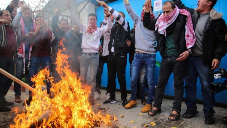 פלסטינים מפגינים נגד
