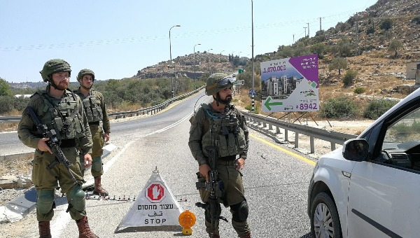 """חיילי צה""""ל במחסומים, באזור הפיגוע"""