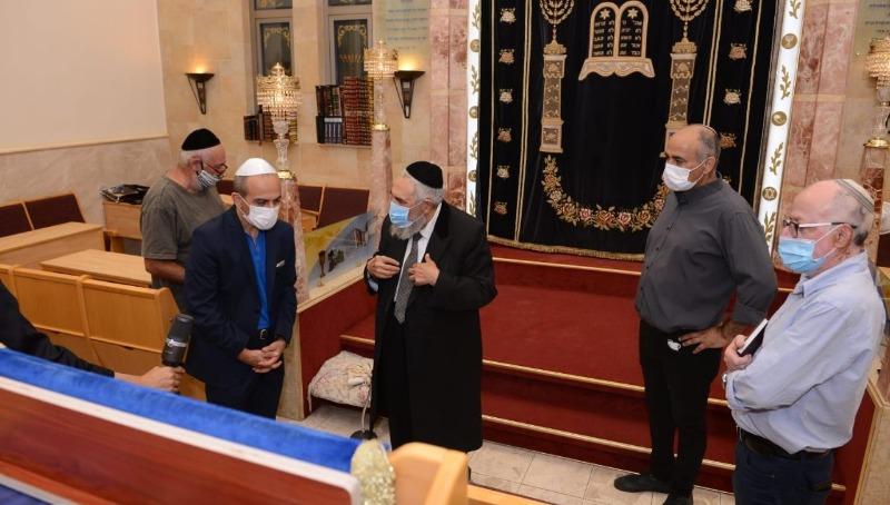 רוני גמזו בבית הכנסת בבני ברק