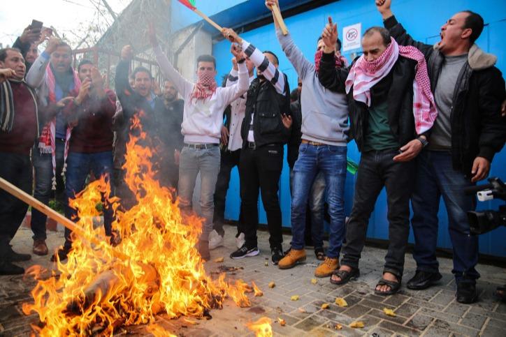 פלסטינים מפגינים נגד התכנית