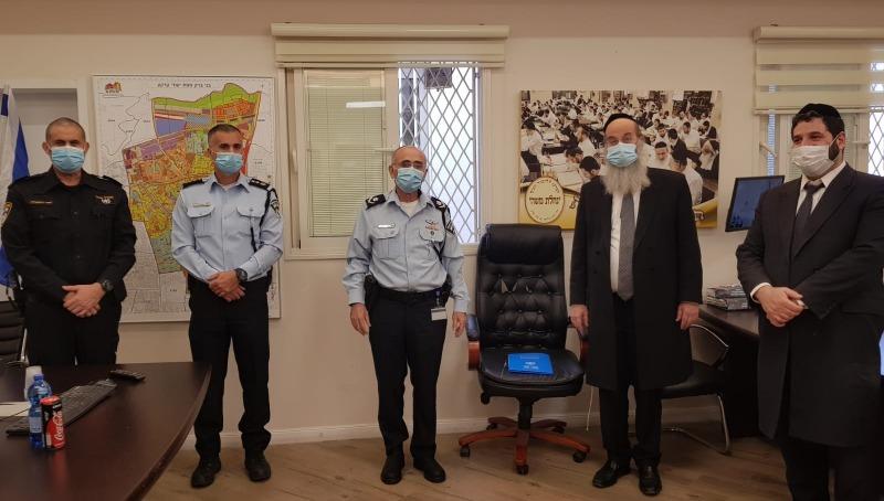 ראש עיריית בני ברק עם מפקדי המשטרה