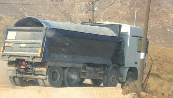 המשאית חוסמת את הדרך