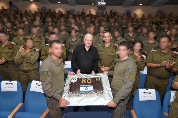 הנשיא מקבל עוגת יום הולדת מהחיילים