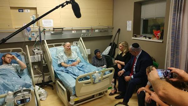 נתניהו ורעייתו עם משפחת שנרב בבית החולים