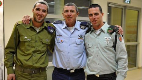 תום פרץ (מימין) עם אביו הרב רפי פרץ ואחיו מעוז