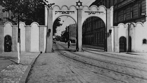 שער הכניסה לגטו קרקוב, אליו הועבר בית היתומים וממנו נלקח אל ההשמדה