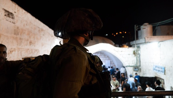 חייל מאבטח מתפללים בקבר יוסף