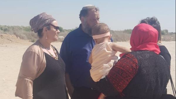 גופשטיין ואשתו, יחד עם האמא גלית, ביתה והתינוקת במעבר ארז