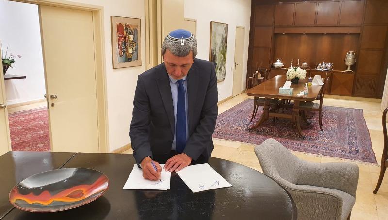 הרב רפי פרץ ברגע חתימת ההסכם הקואליציוני בבלפור