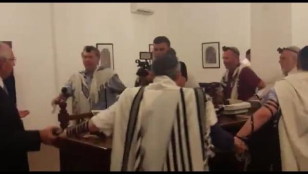 התפילה בבית הכנסת העתיק בבחריין