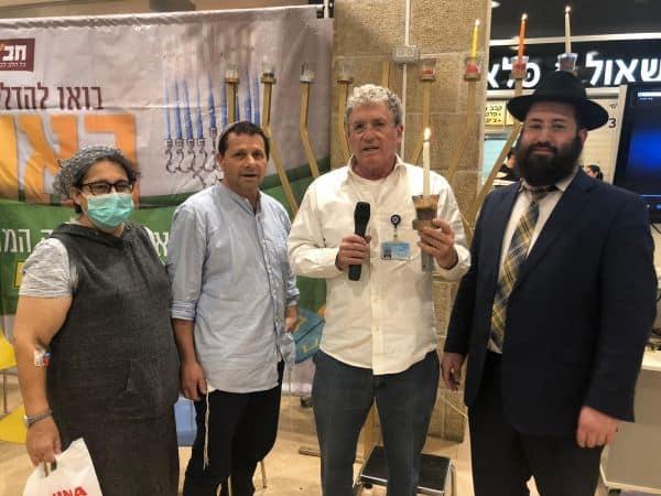 מימין: הרב ישראל נפתלין מחב״ד הדסה, ד״ר הדר מרחב ובני הזוג קולין ואבי במברגר