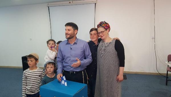 סמוטריץ מצביע עם אשתו וילדיו
