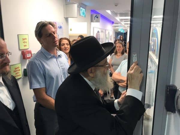 רבה של ירושלים הרב שטרן וגידי לשץ ראש המחוז בקביעת מזוזה במרכז הרפואי המושבה.