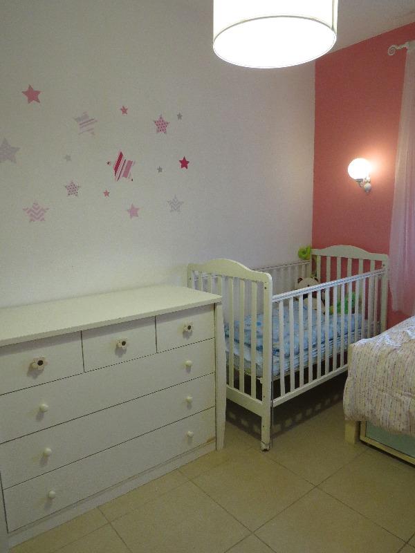 מדבקות מדגישות שידה. עיצוב חדר ילדים: שרה טייץ