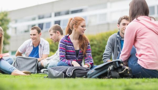 סטודנטים על הדשא
