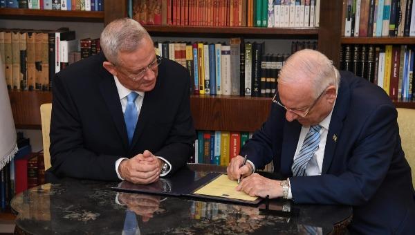 """הנשיא חותם על העברת כתב המנדט לידי ח""""כ גנץ, הערב"""