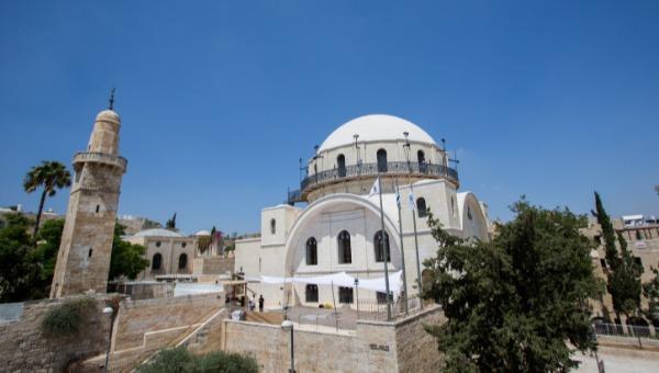 מימין: בית כנסת החורבה. משמאל: מסגד סידנא עומר