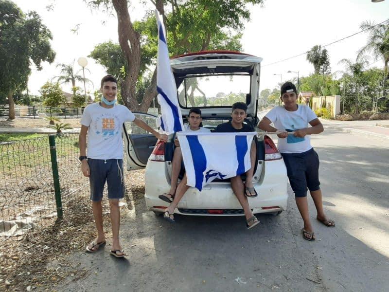 בני נוער עם דגלי ישראל