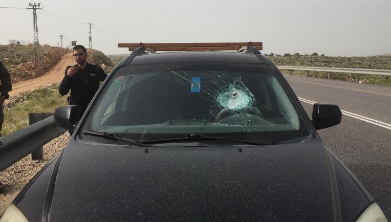 הרכב שיידו לעברו אבנים