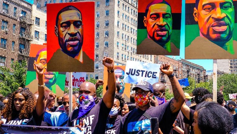 """מפגינים בארה""""ב נגד השוטר שהרג את ג"""