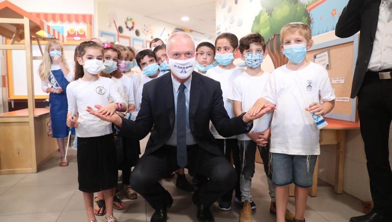 יואב גלנט עם תלמידי בית ספר נטעים במבוא חורון