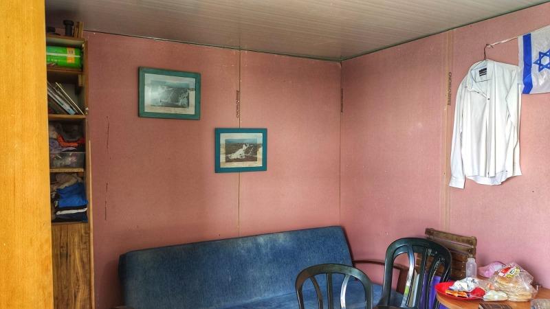 שתי תמונות של הגולן תלויות בבית