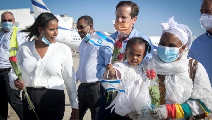 השרה תמנו שטה עם נחיתת עולים מאתיופיה בשנה שעברה