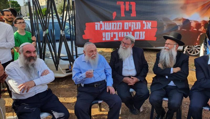 """הרב דרוקמן והרב שפירא מול ביתו של ח""""כ אורבך"""