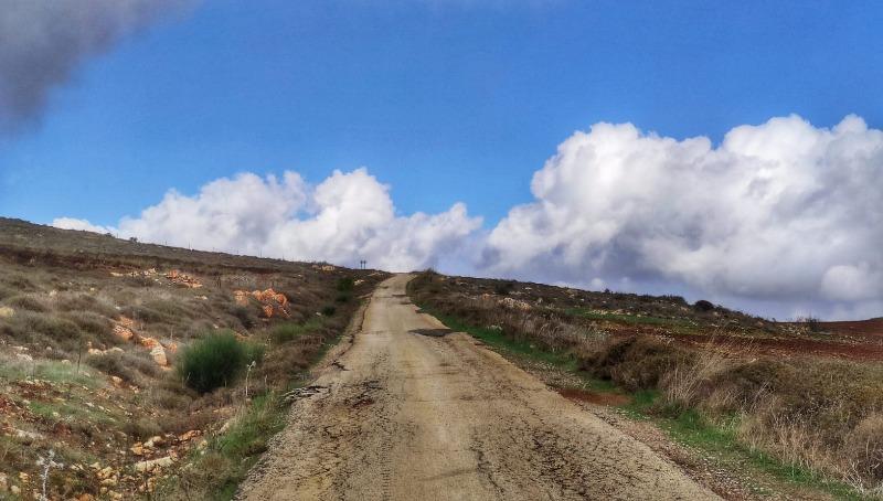 הכביש מאיתמר המוביל ל-100 המשפחות המתגוררות בגבעות הסמוכות
