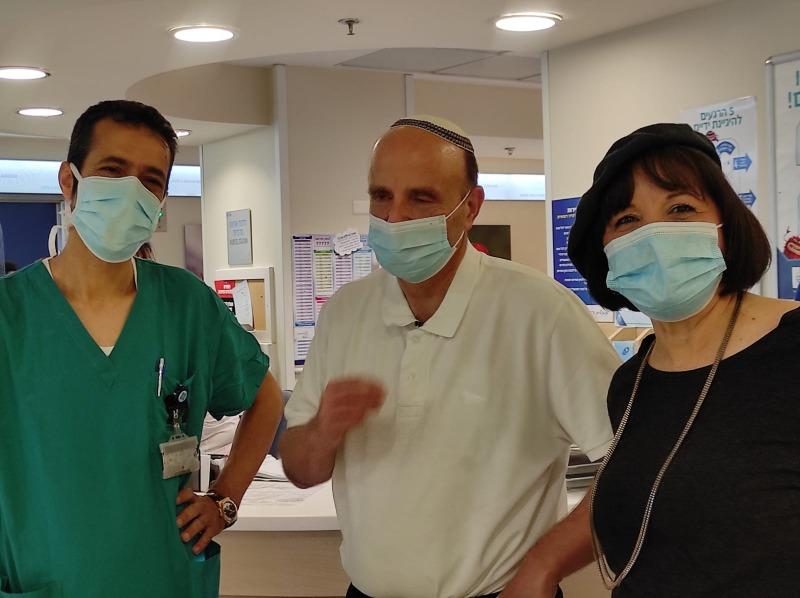 """ד""""ר בלוך ורעייתו ראש העיר, יחד עם ד""""ר עבד חלאילה, מנהל מחלקת ההשתלות בהדסה"""