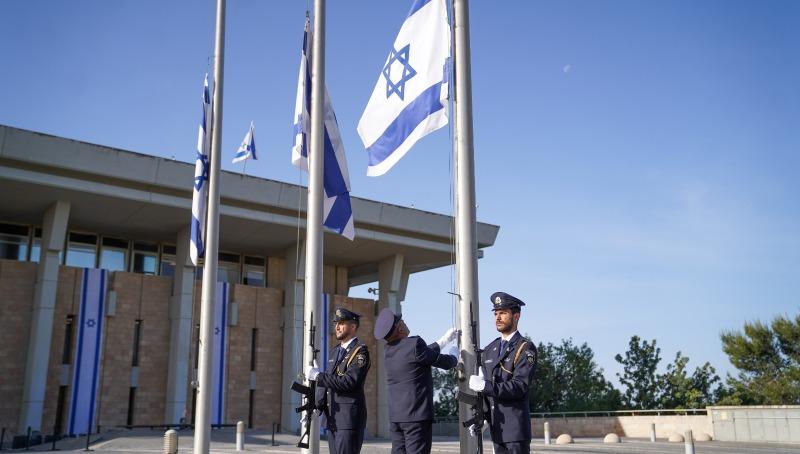 הורדת הדגלים לחצי התורן. משכן הכנסת, הבוקר