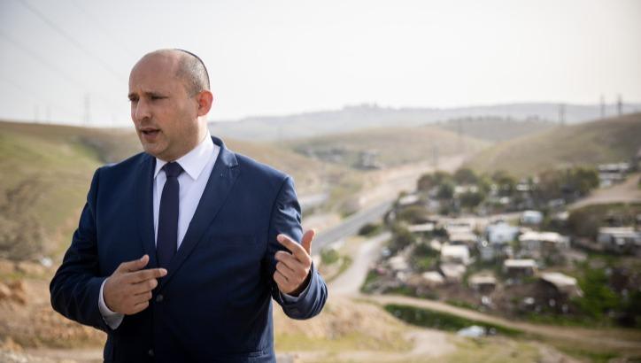 ראש הממשלה על רקע חאן אל אחמר