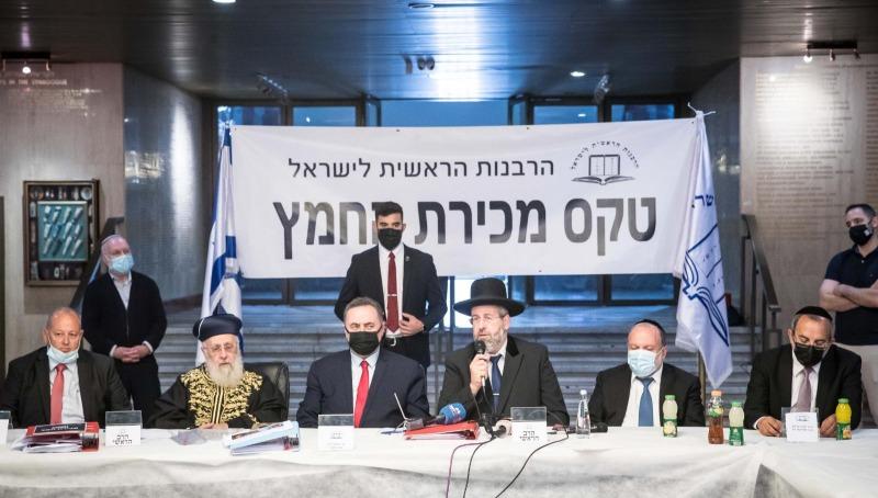 טקס מכירת החמץ בנוכחות הרבנים הראשיים, שר האוצר והקונה ג